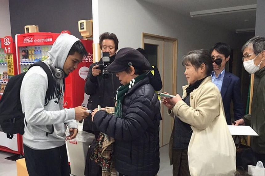 Japanese fans queue up to get Izwan Mahbud's autograph.
