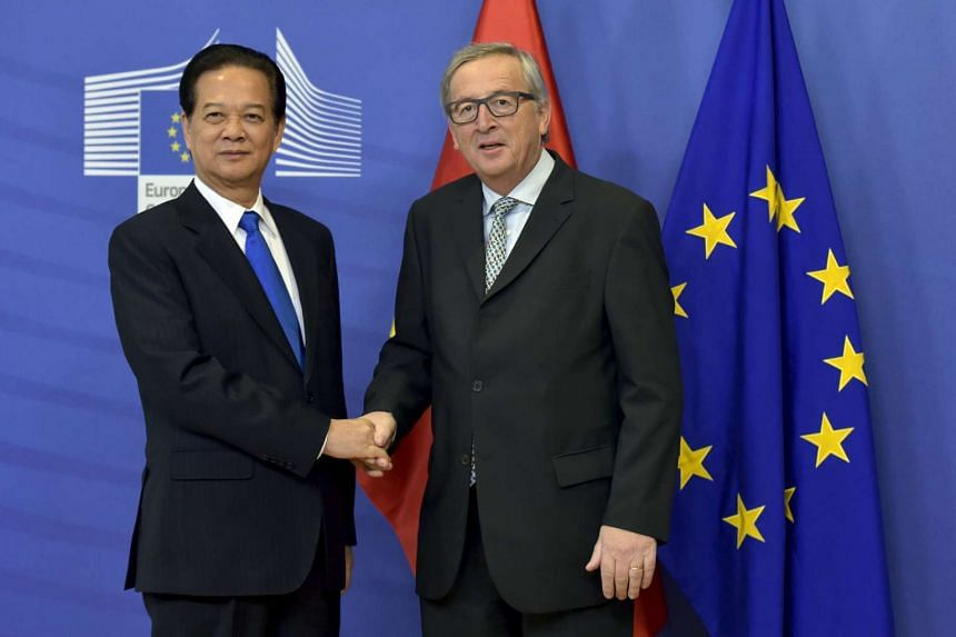 Juncker (right) welcomes Vietnamese Prime Minister Nguyen Tan Dung to Brussels.