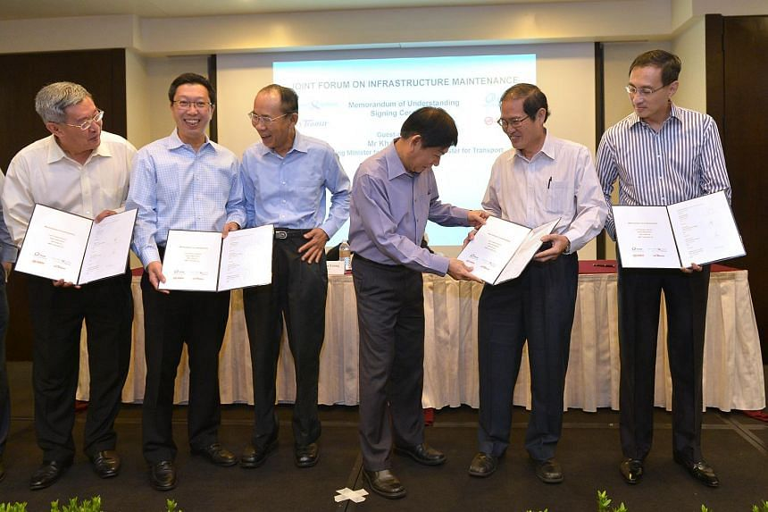 From left: Gan Juay Kiat, CEO SBST; Chew Men Leong, CE LTA; Tan Gee Paw, PUB Chairman; Khaw Boon Wan, Minister for Transport;  Tan Yok Gin, Deputy CE (Operations) PUB; Desmond Kuek, CEO SMRT after the signing of the MOU on joint infrastructural maint