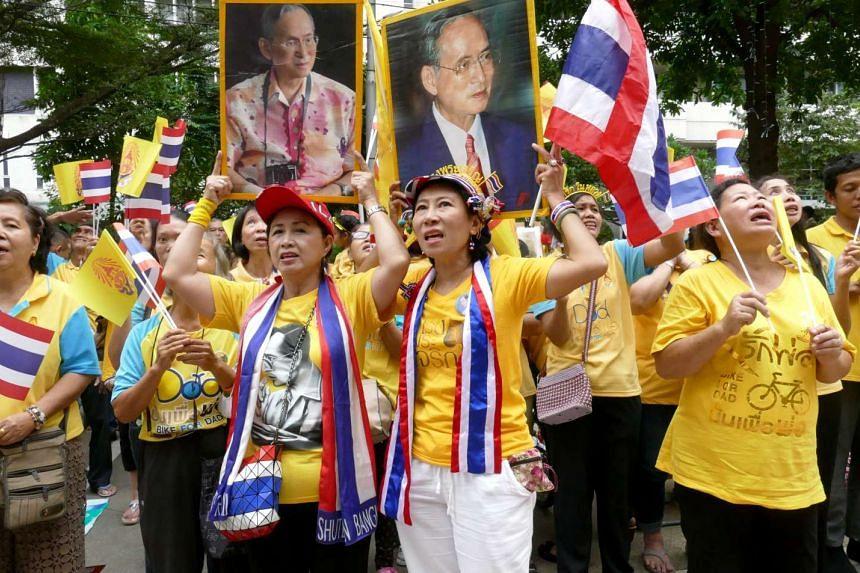 Hundreds of Thais gathered on Saturday (Dec 5) morning at Siriraj Hospital in Bangkok, singing and praying for the health of King Bhumibol.