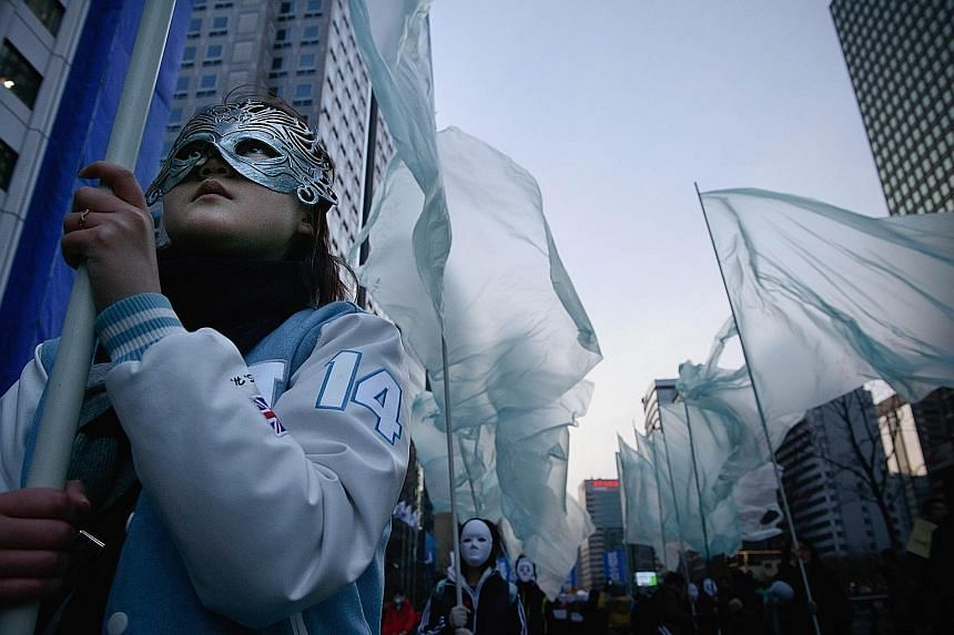 Hundreds taking part in the rally wore masks yesterday to protest against a proposed ban on masks at demonstrations after President Park Geun Hye compared masked protesters to ISIS terrorists.