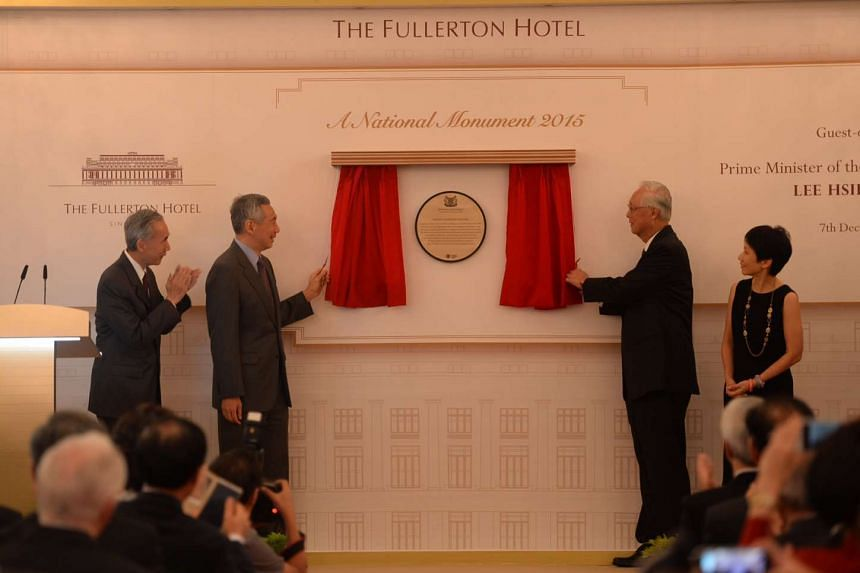 PM Lee Hsien Loong (second from left) and ESM Goh Chok Tong (second from right) unveiling the National Monument plaque on Dec 7, 2015 with Mr Robert Ng, chairman of Sino Group (left), and Minister Grace Fu.