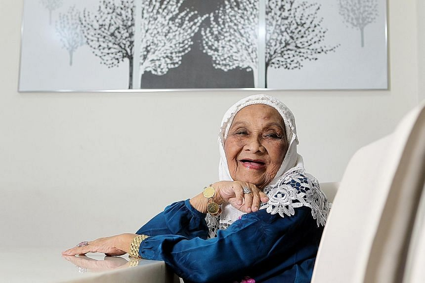 Singer-actress Momo Latiff died on Thursday at the age of 92 after slipping into a coma the day before.