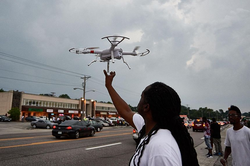 Drone enthusiasts in the US say the Federal Aviation Administration - which is planning to regulate the fast-growing commercial sector - is sensationalising the issue.
