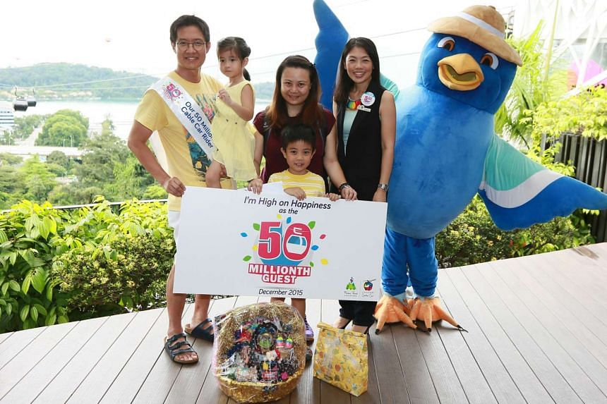 Singapore Cable Car 50 Millionth Guest, Mr Chuan Kai Liang, poses with his family.