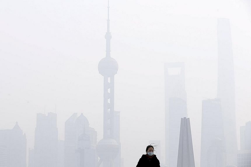 Smog in Chinese metropolis Shanghai hit its highest level since January yesterday. The rise in air pollution prompted schools to ban outdoor activities, and the authorities to limit work at construction sites and factories, as polluted air spread aro