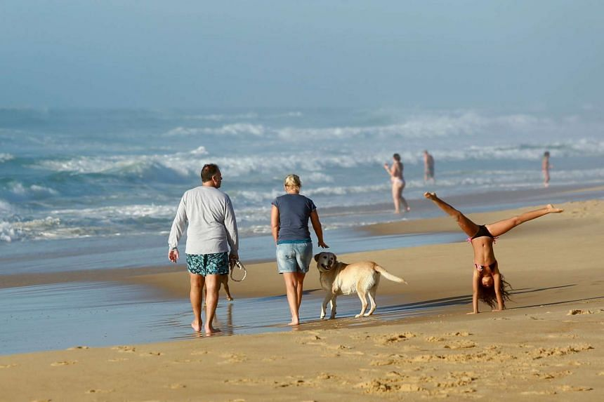 People enjoy warm temperatures on the beach of Mimizan, southwestern France, on Nov 7.