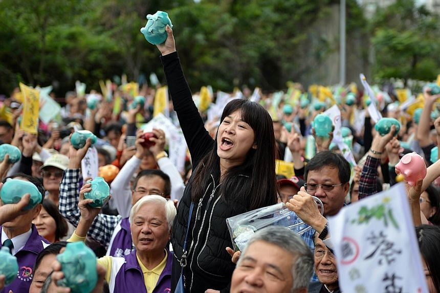 Supporters, piggy banks in hand, gathering outside the DPP headquarters in Taipei to hear her speak and give their donations.
