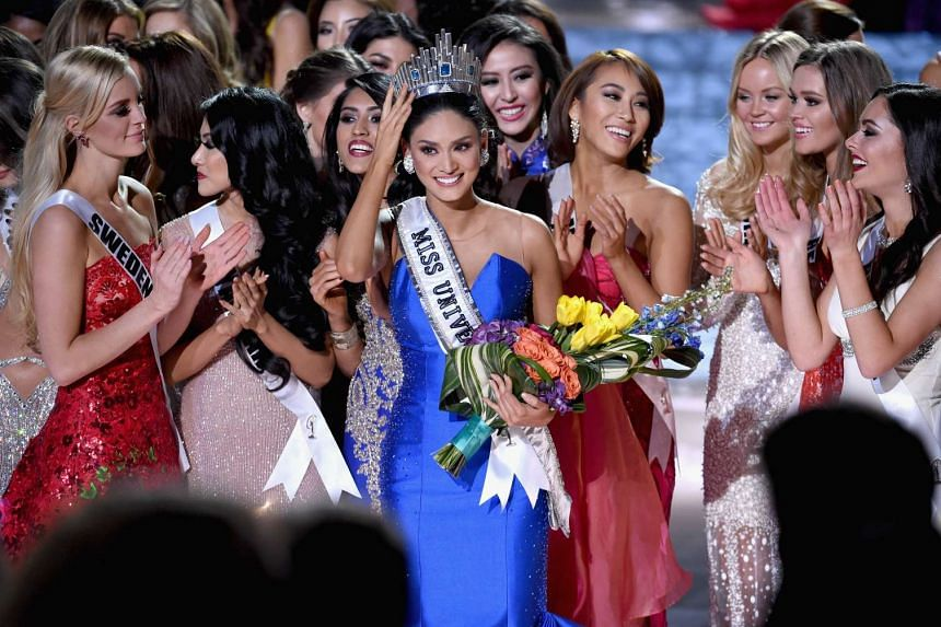 Miss Philippines, Pia Alonzo Wurtzbach (in blue), reacting after she turned out to be the actual winner of the Miss Universe pageant.