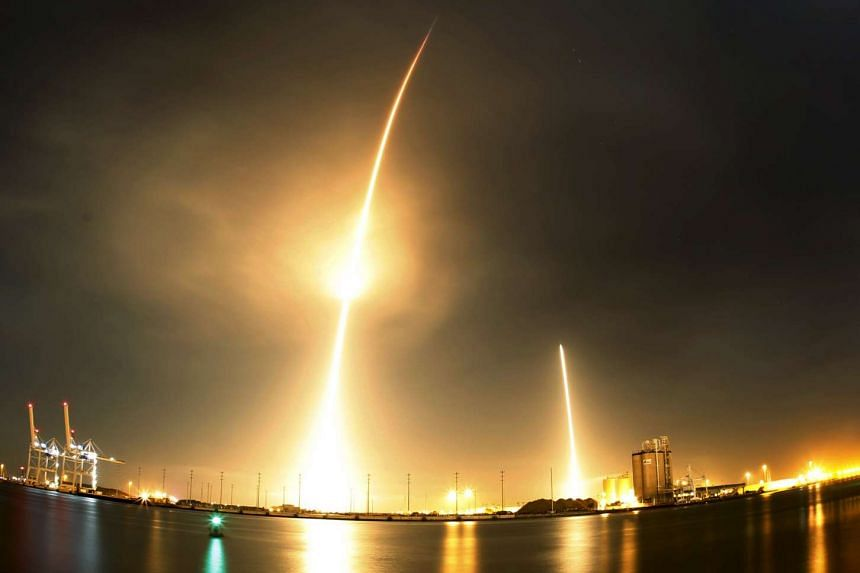 A long exposure photo shows the SpaceX Falcon 9 (left) lifting off from its launch pad and then returning to a landing zone (right) at the Cape Canaveral Air Force Station in Cape Canaveral, Florida, Dec 21, 2015.