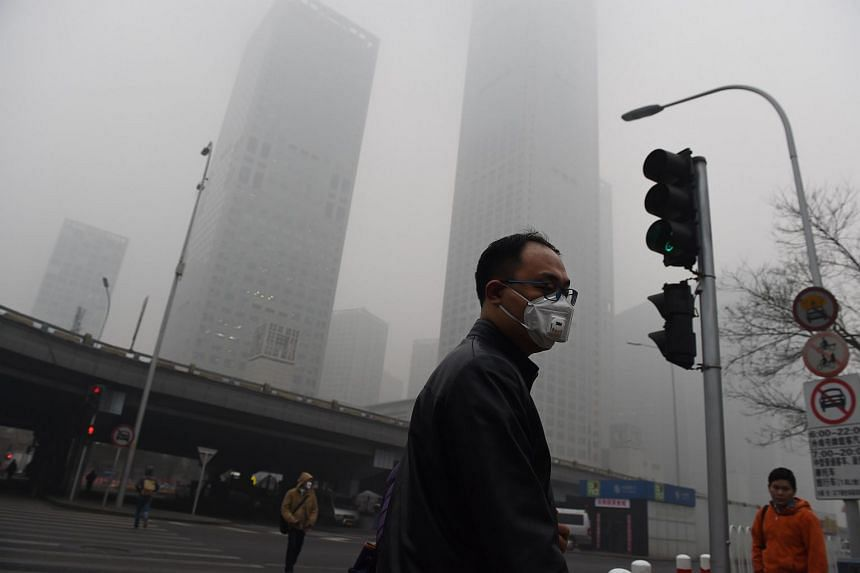 A man wears a mask on a heavily polluted day in Beijing on Dec 22, 2015.