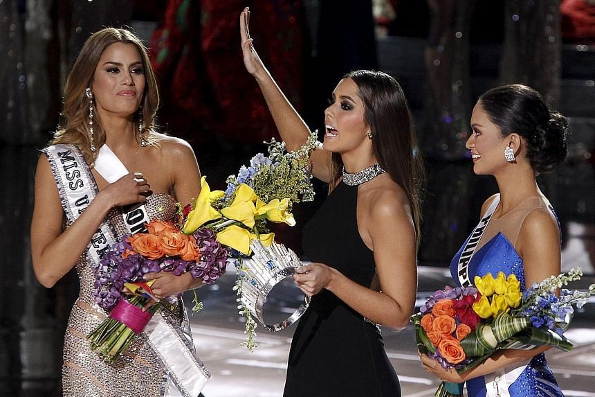 Miss Universe 2014 Paulina Vega (centre) addressing the audience as she transfers the crown from Miss Colombia Ariadna Gutierrez (left) to the eventual winner, Miss Philippines Pia Alonzo Wurtzbach, during the 2015 Miss Universe Pageant in Las Vegas,