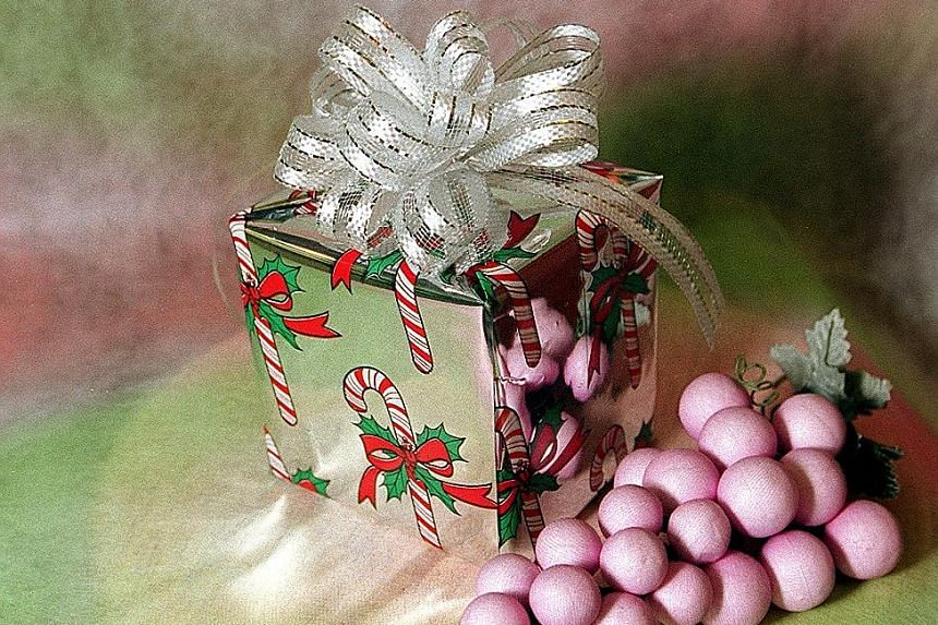 When it comes to presents, economists say you should give cold cash, while psychologists believe you should just say a nice little prayer for each person in lieu of a gift.