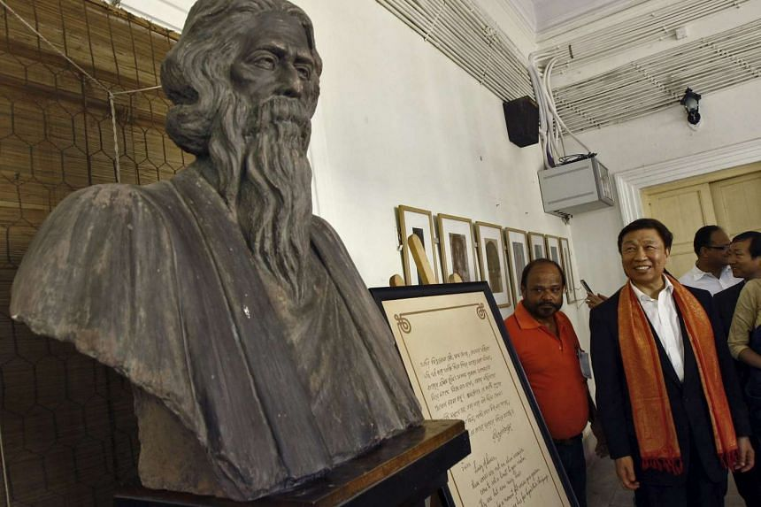 Chinese Vice President Li Yuanchao observing the statue of Indian poet Rabindranath Tagore.