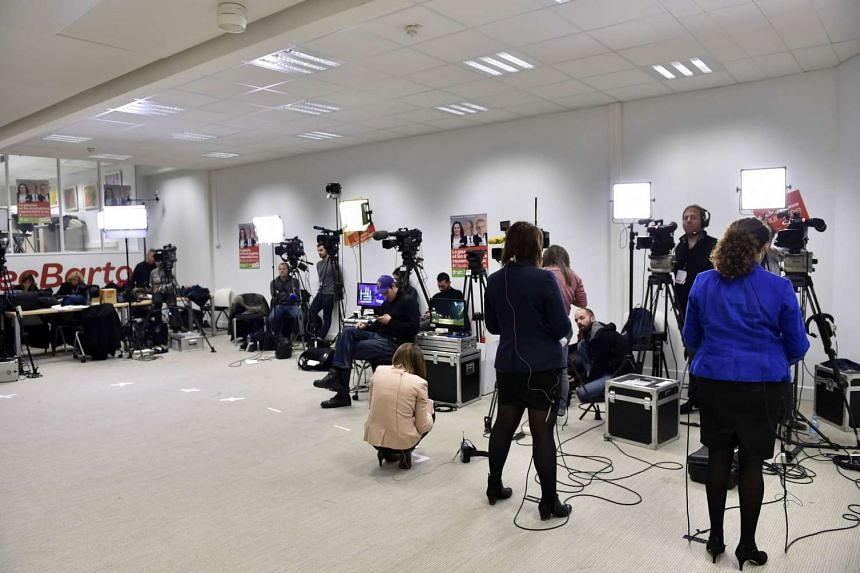 Journalists waiting for the announcement of the results of the second round of the regional election in Paris, Dec 13, 2015.