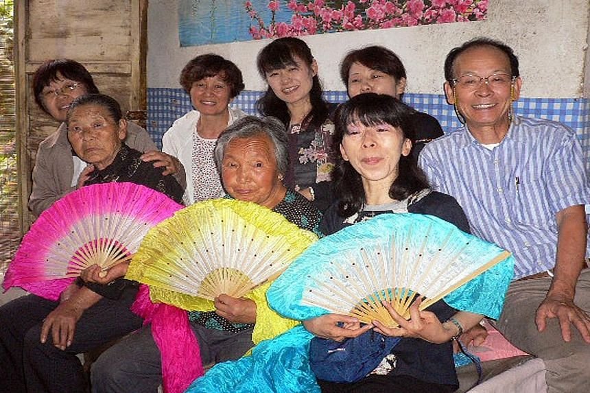 Members of the Japanese activist team apologising to former comfort woman Li Ai Lian (above) in August 2009. Left: Ms Tomoko Hasegawa (holding blue fan) with former comfort women Guo Mao Hai (pink fan) and Wang Er Hai (yellow fan) and other members o