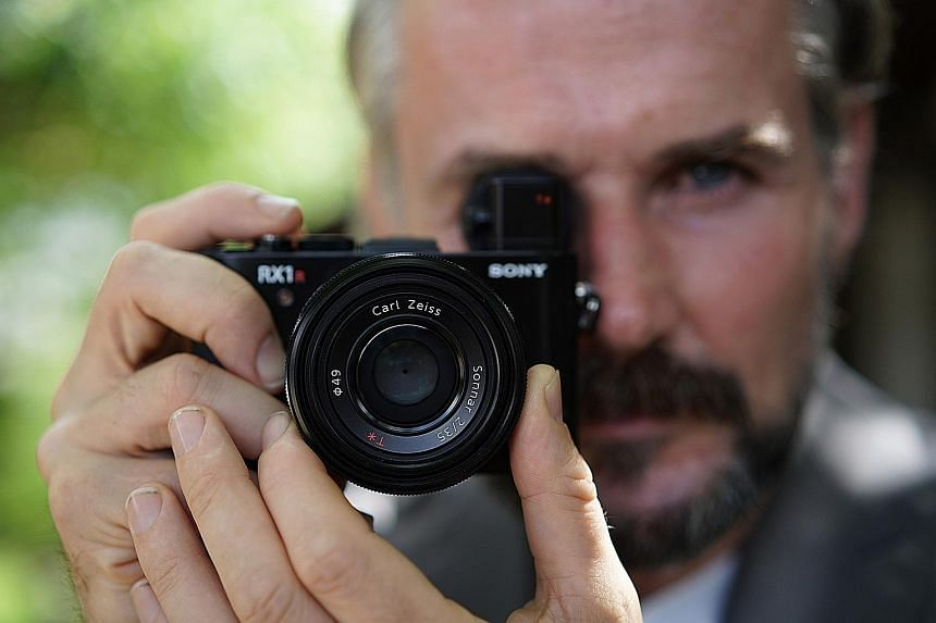 Operation wise, the Cyber-shot DSC-RX1R II is fast for a compact. It takes 1.2sec to start up, and 1.6sec to shut down.