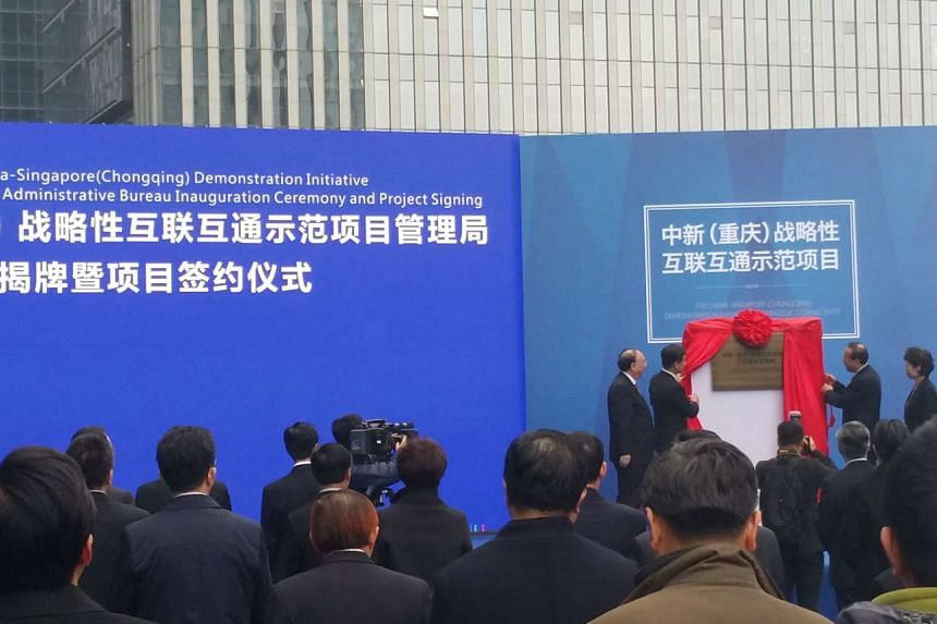 """Leaders from China and Singapore unveiled a plaque, signalling that the """"China-Singapore (Chongqing) Demonstration Initiative on Strategic Connectivity"""" has entered into operations officially."""
