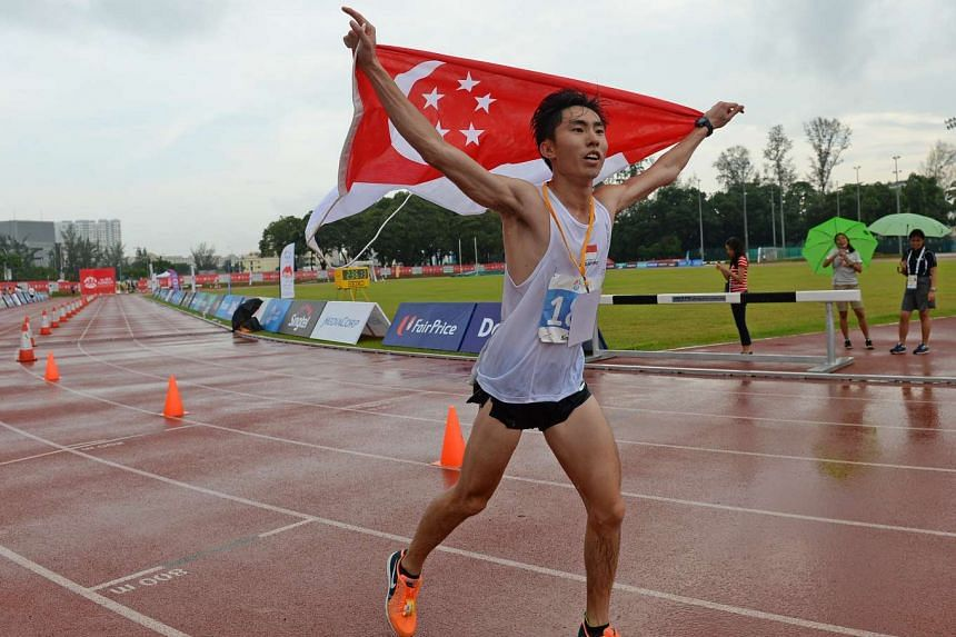 Soh Rui Yong running with the Singapore flag after winning the men's marathon in the 28th SEA Games on June 7, 2015.