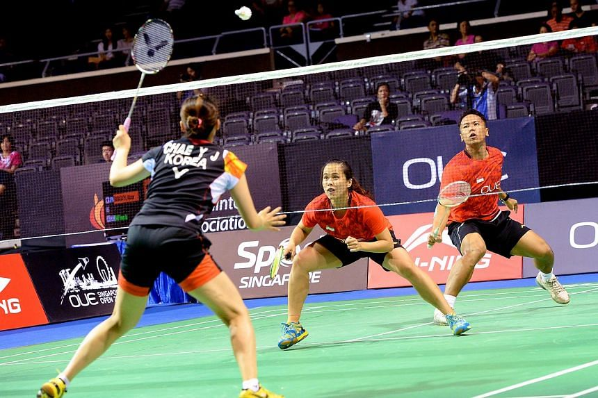 Danny Bawa Chrisnanta (right) and Vanessa Neo (centre) in action at the OUE Singapore Open on April 9, 2015.
