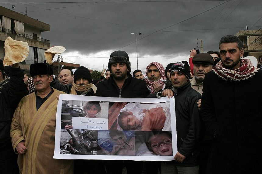 Lebanese gathered at the Lebanon-Syria border last Friday to protest against the siege of the Syrian town of Madaya.