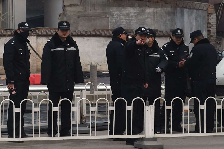 Police guard the No. 2 Intermediate People's Court where a human rights lawyer was being sentenced on Dec 22, 2015.