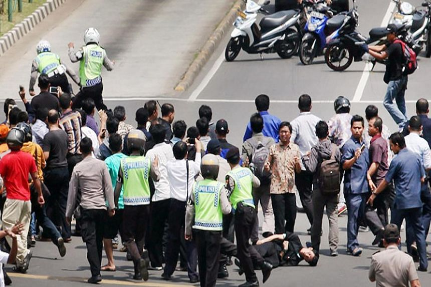 In a series of pictures taken by a Tempo photographer yesterday, at least one policeman was shown being gunned down by the two militants. The shooting took place at the intersection of two major roads in Jakarta's business district, where a crowd had