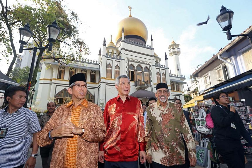 PM Lee Hsien Loong (centre), Dr Yaacob Ibrahim (left) and Mohamed Patail in front of the Sultan Mosque on Jan 16, 2016.