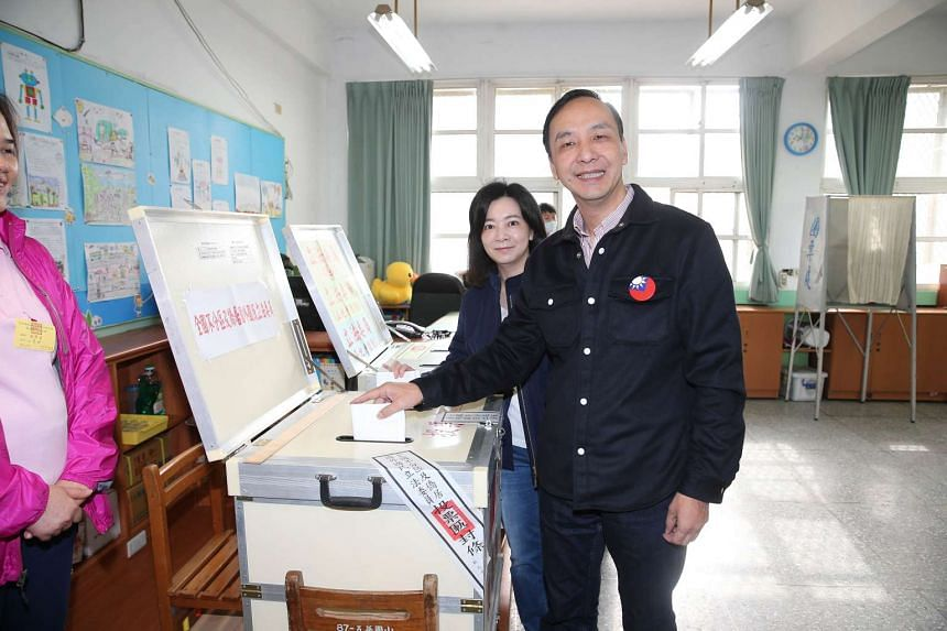KMT presidential candidate Eric Chu casting his ballot with his wife Kao Wan-qian at a polling station in New Taipei City on Jan 16, 2016.