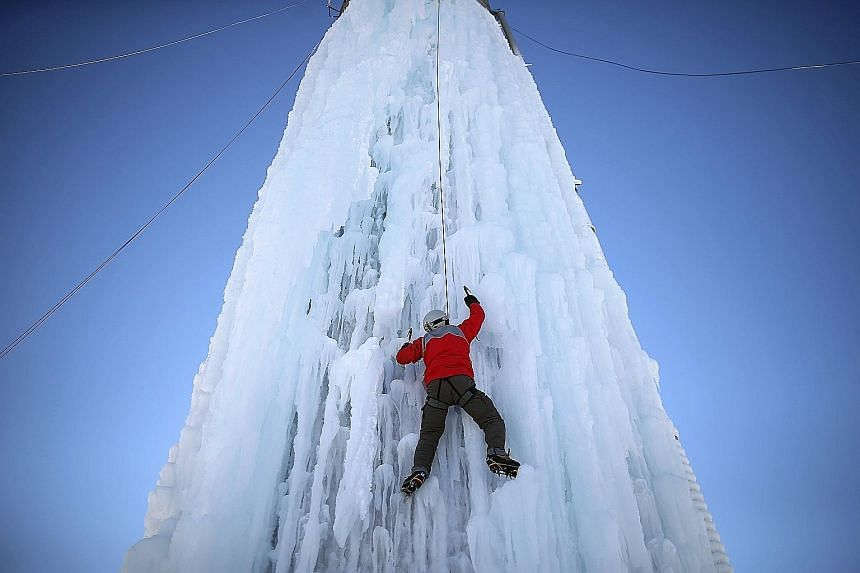 When the weather gets cold, most people stay indoors. However, in Cedar Falls, in the United States, residents have come up with a new extreme sport called Silo Ice Climbing. They connect hoses to the top of grain silos and spray them with water to f