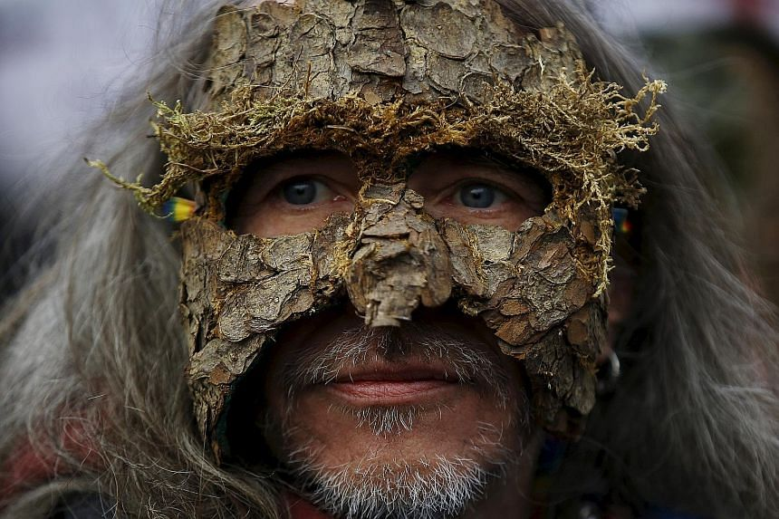 Several hundred green activists, some donning masks made from tree bark, staged a protest on Sunday in the Polish capital, Warsaw, against the felling of thousands of diseased trees in one of Europe's oldest woodlands, the Bialowieza Forest. The gove