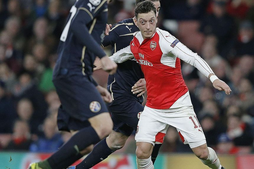 Arsenal playmaker Mesut Oezil is expected to play against Chelsea after missing last week's clash with Stoke City with a minor foot problem.