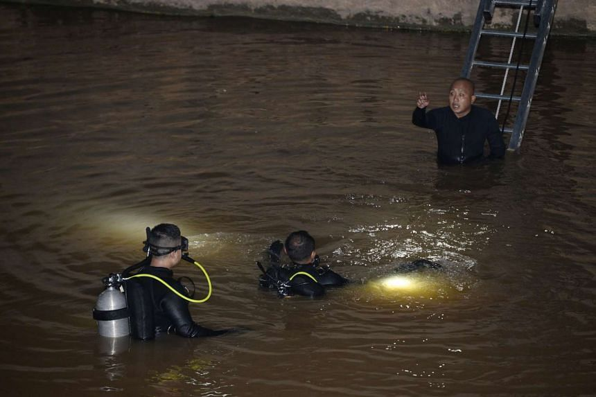 Divers conducting search and rescue operations in Alexandra Canal after a car plunged into it, near Valley Point Shopping Centre on Jan 24, 2016.