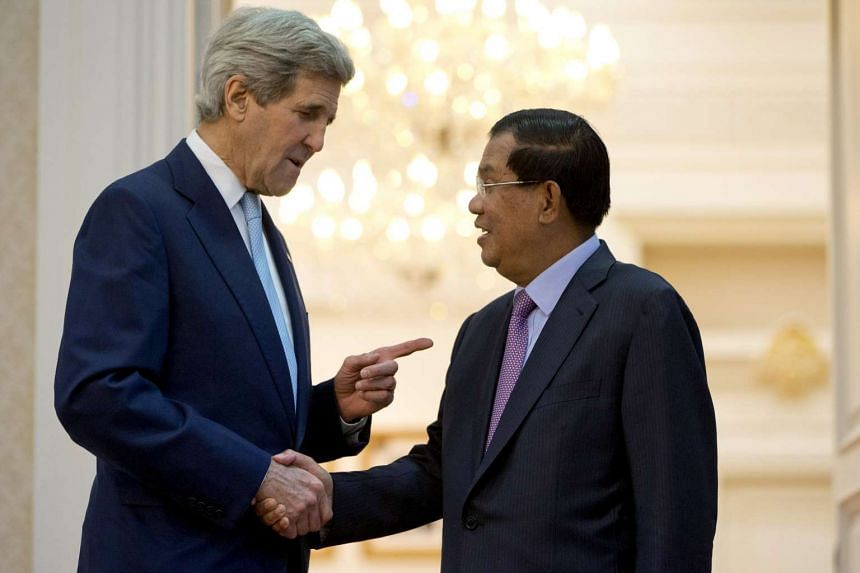 US Secretary of State John Kerry shaking hands with Cambodian Prime Minister Hun Sen.