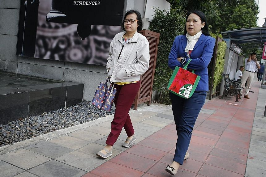 City folk piling on jackets against the chill yesterday. In January 2014, Bangkok had its coldest day in 30 years when the mercury plunged to 15.6 deg C. The Thai Meteorological Department expects the cold spell in the northern reaches of the kingdom