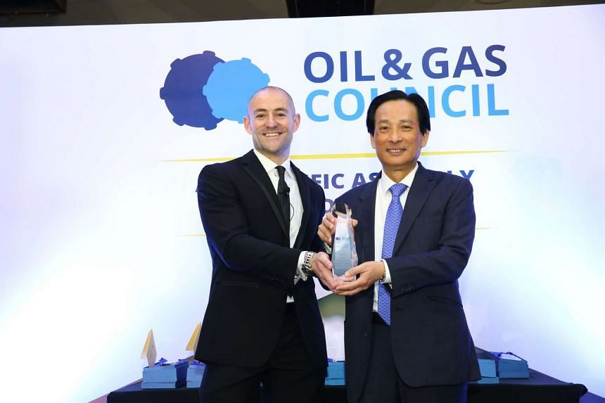 Mr Ross Campbell, Oil & Gas Council Chairman; and Mr Seah Moon Ming, Pavilion Energy Group CEO at the Asia-Pacific Assembly & Awards Dinner by the Oil Council. PHOTO: PAVILION ENERGY