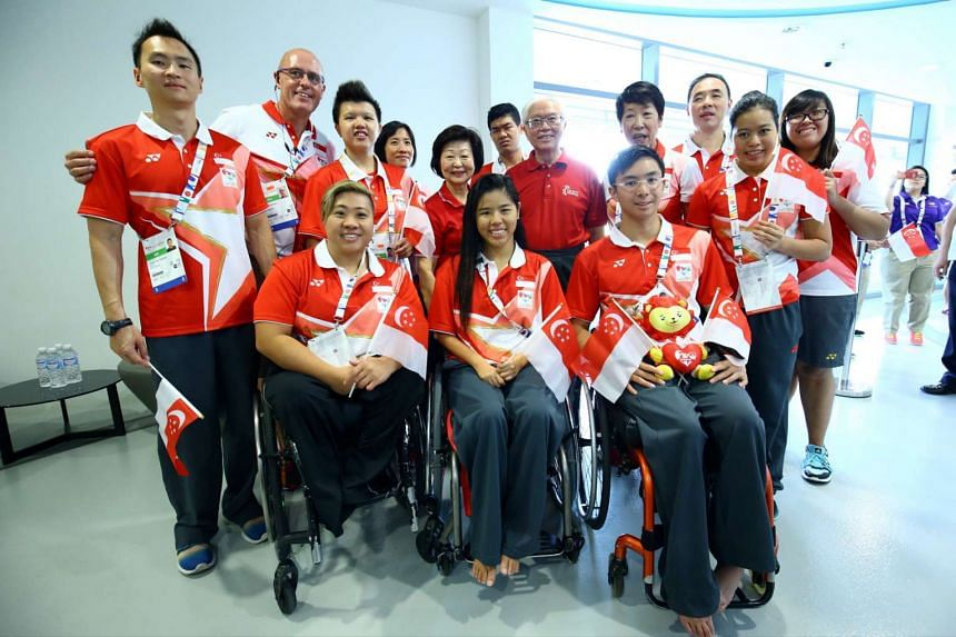 President Tony Tan Keng Yam (centre) with his wife, Mrs Mary Tan and Singapore's national para-swimmers on Dec 7, 2015.