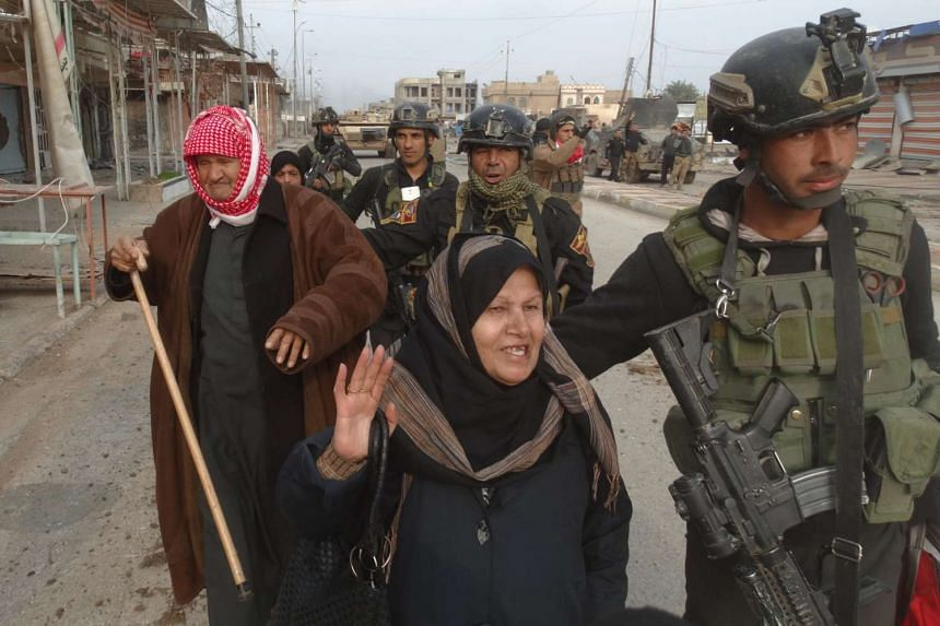 Iraqi security forces escorting civilians fleeing from violence in Ramadi, on Dec 31, 2015.