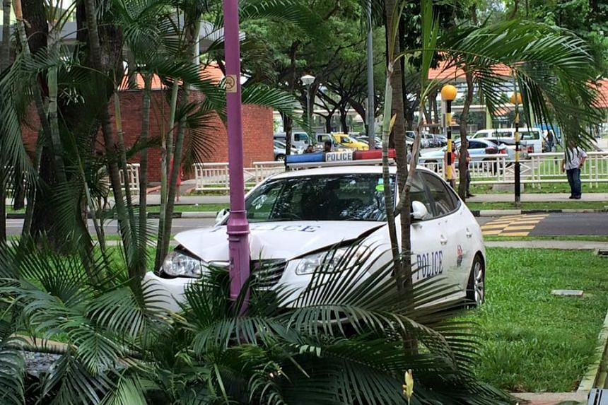 A police car crashed into a lamppost at Oxford Road on Feb 8, 2016.