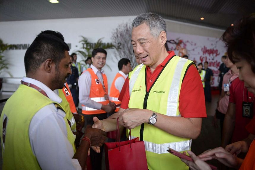PM Lee Hsien Loong greets an Indian SATS staff at Changi Airport Terminal 2 on 8 Feb, 2016.