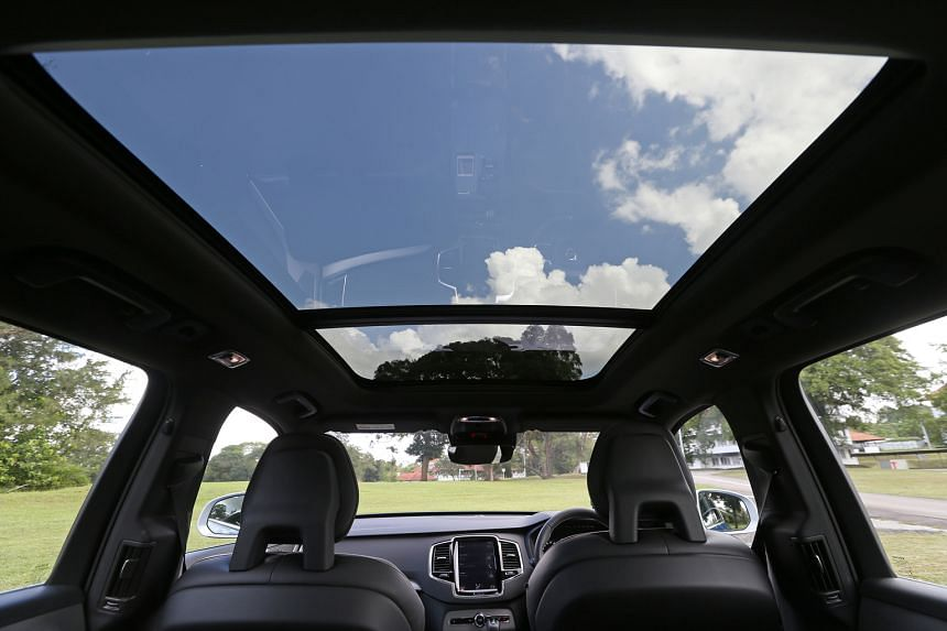 The Volvo XC90 T6 R-Design comes with a sunroof.