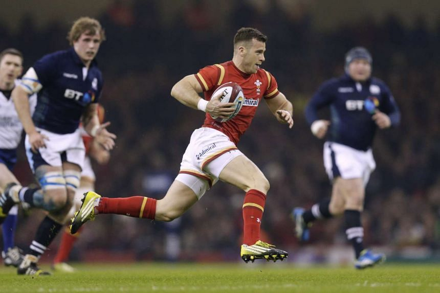 Gareth Davies (centre) of Wales runs in to score during their match against Scotland on Feb 13, 2016.