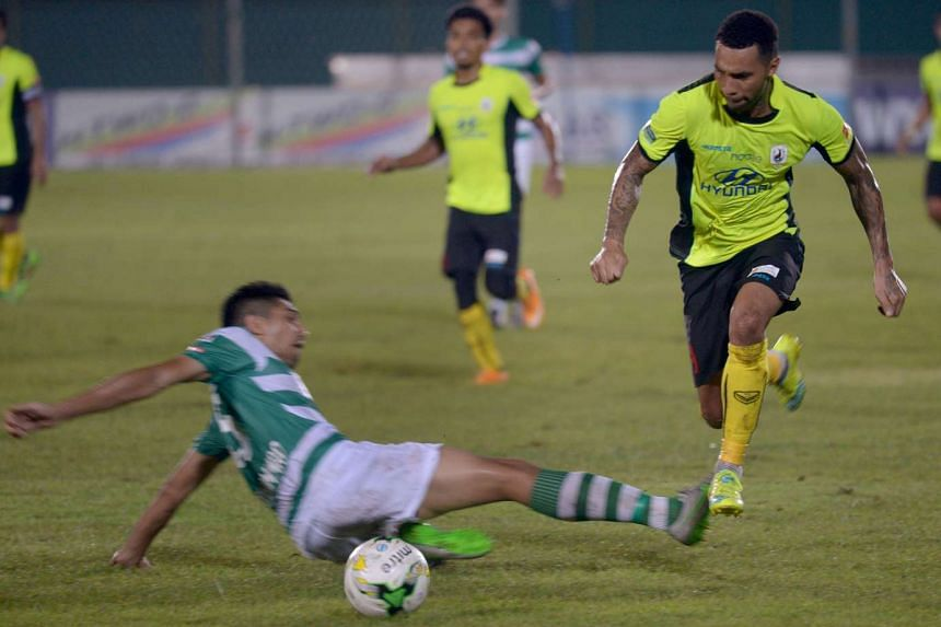 Jermaine Pennant (right) passes Shariff Samat during the match between Tampines Rovers and Geylang International on Feb 15, 2016.