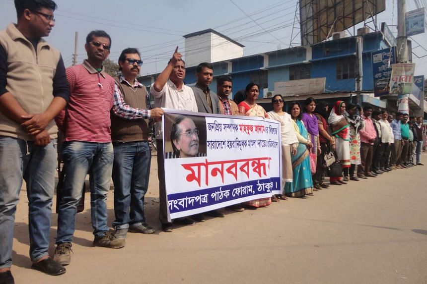 People holding the banner of Sangbadpatra Pathok Forum in Thakurgaon to protest the filing of cases against editor Mahfuz Anam, on Feb 16, 2016.