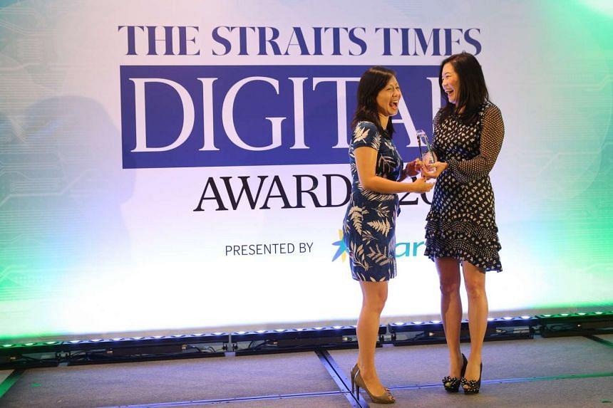 Samsung's Galaxy Note 5 4G+ won the Editor's Choice awards for Best Overall Smartphone and Best Smartphone Camera. Ms Jeannie Ong (right), chief strategic partnership officer at StarHub, presents the trophy to a representative from Samsung.