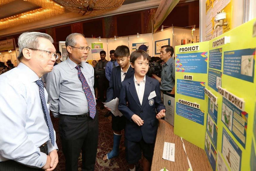 Mr Wong Weng Sun (left) and Mr Masagos Zulkifli (centre) at the display of the Primary School Category first prize winners from Kuo Chuan Presbyterian Primary School.