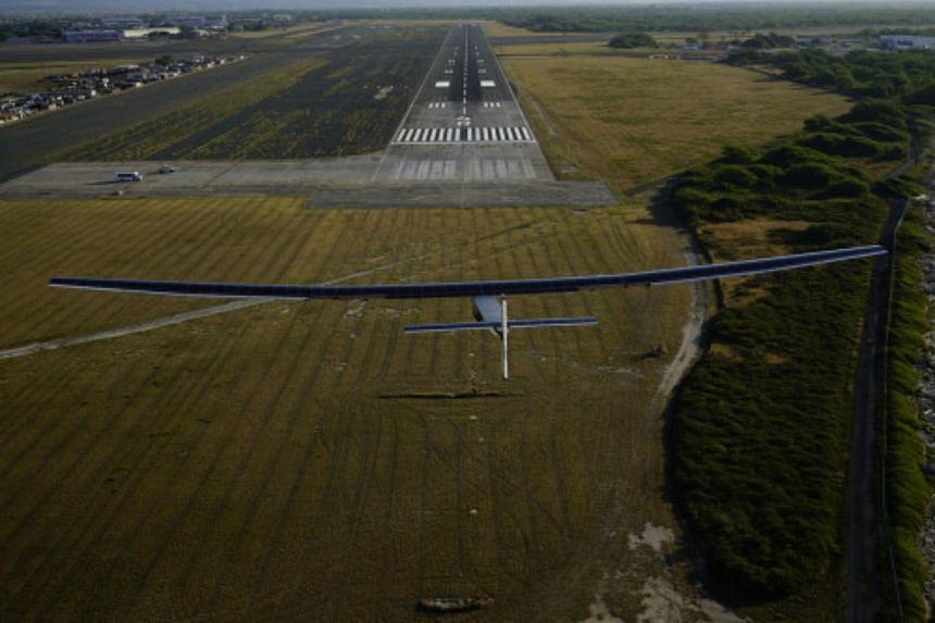 The sun-powered plane Solar Impulse 2 has made a successful test flight in Hawaii, where it has been grounded for repairs since 2015.