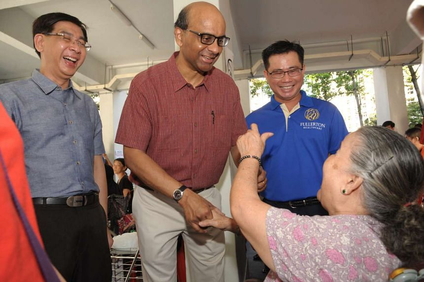 A resident expresses appreciation to Deputy Prime Minister Tharman Shanmugaratnam at the Health Carnival on Feb 28, 2016.