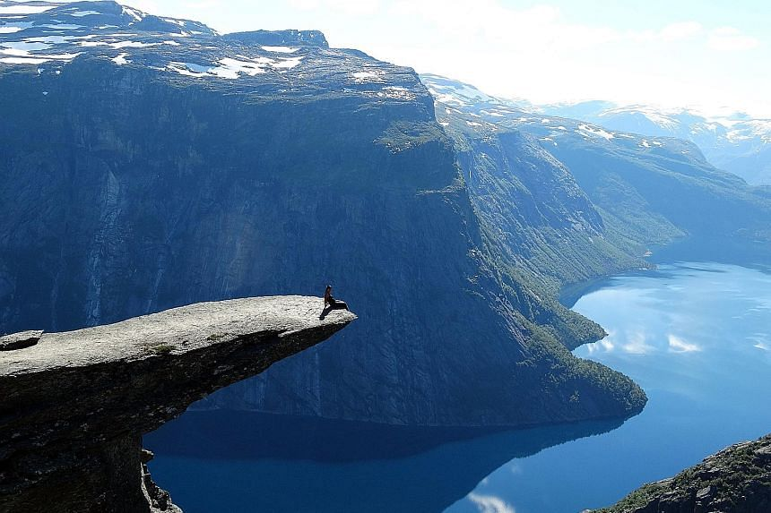 NUS student Ms Ng was drawn to the experiential learning opportunities offered by the SAS programme. Here she is photographed on the Trolltunga in Norway.