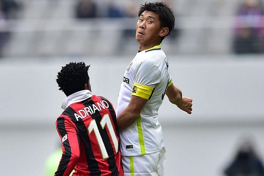 Mizumoto Hiroki (right) vies for the ball with Carlos Adriano during their AFC Champions League match on March 1, 2016.
